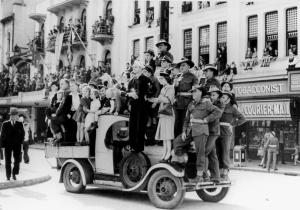 StateLibQld_1_115548_Large_crowds_of_people_in_Albert_Square,_Brisbane,_watch_the_men_of_the_Seventh_Division,_1944k
